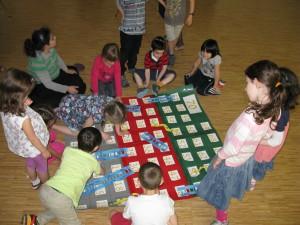 Beim Leiterspiel konnten die Kinder gleich zeigen was sie gelernt haben.